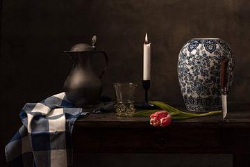 Stilleven met glas, tulp en Delftsblauwe vaas van Alexander Tromp