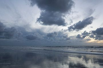 Lucht, wolken en water kleuren blauw van Barbara Brolsma