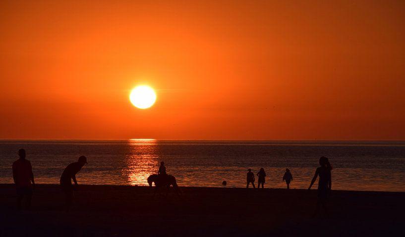 Zonsondergang aan het strand van Jessica Berendsen