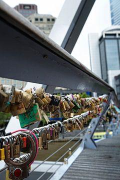 brug vol kleurrijke liefdesloten met enkele namen erop geschreven. van Tjeerd Kruse