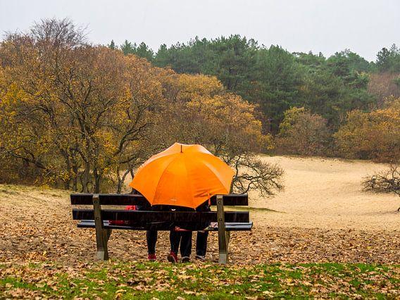 Orangefarbener Regenschirm