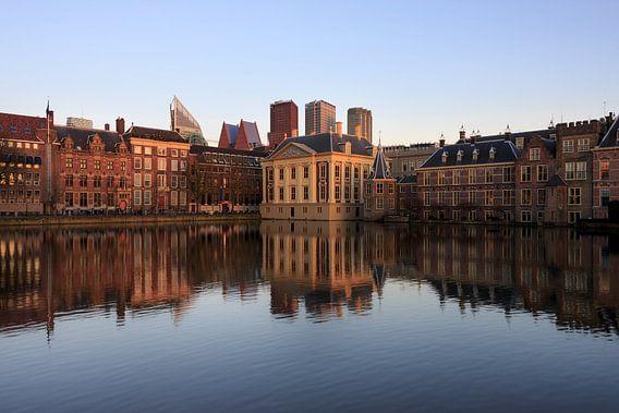 Skyline van Den Haag met Mauritshuis, Torentje en het Binnenhof met reflectie