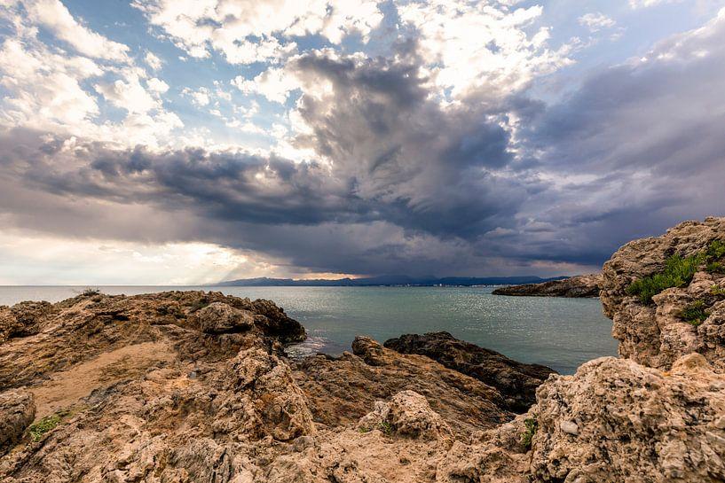 Onweerswolken boven de baai in Salou van Remco Bosshard