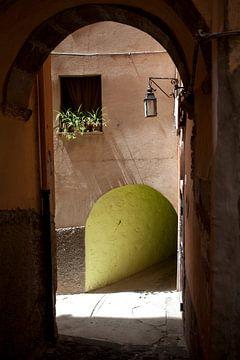 Steegje in Bosa, Sardinië. van Kees van Dun