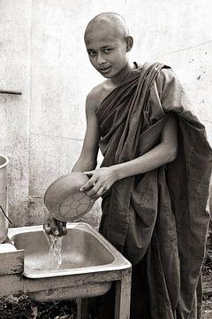 Junger Mönch - Analoge Fotografie! von Tom River Art