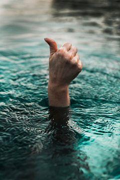 Hand steekt uit het water en steekt duim omhoog van Moniek Kuipers