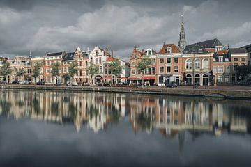 Haarlem: een bewolkt Spaarne. van Olaf Kramer