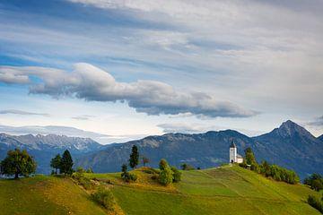 L'église de Jamnik avec des montagnes en Slovénie sur iPics Photography