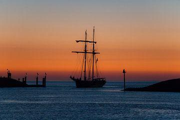 Schip tijdens zonsondergang sur