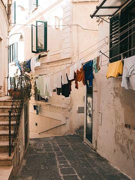 De was uithangend over een smal straatje in Atrani aan de Amalfi kust
