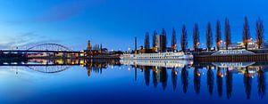 Panorama van  Arnhem en een spiegelgladde Rijn van