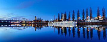 Panorama van  Arnhem en een spiegelgladde Rijn van Dave Zuuring