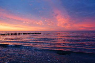 Am Strand von Zingst nach Sonnenuntergang von Gisela Scheffbuch