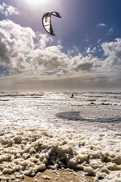 Kitesurfer op woeste zee met tegelicht van Dafne Vos