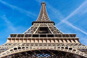 Eiffel tower in Paris against blue sky sur