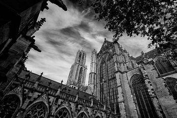 De Dom en de Domkerk gezien vanuit de Pandhof in zwartwit van De Utrechtse Grachten