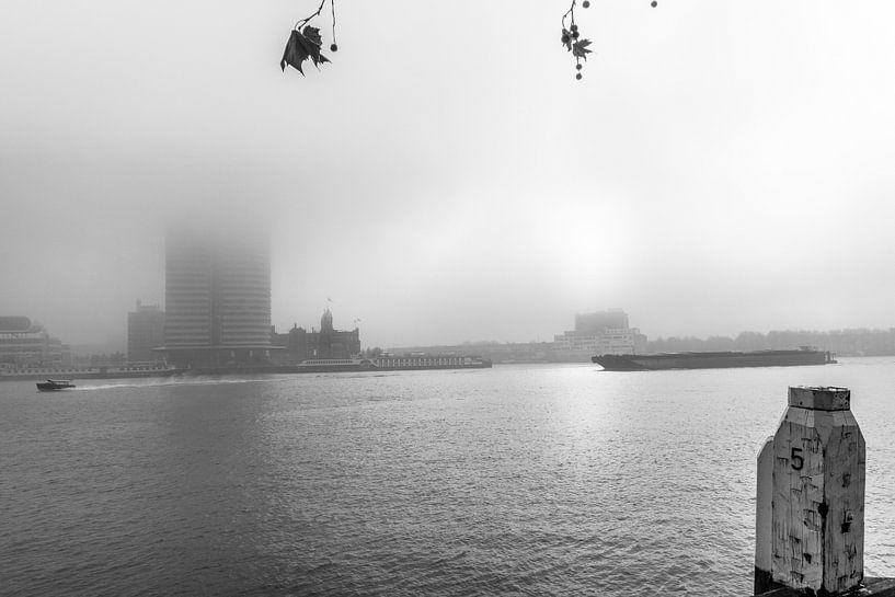 Rotterdam op een mistige ochtend 2 van Ron van Ewijk