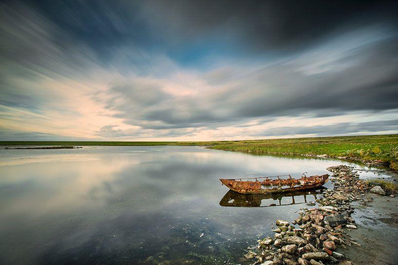 Épave d'un petit bateau dans le parc national Oosterschelde sur Frans Lemmens