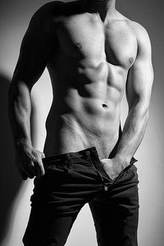 Fotografie van een hele mooie sexy half naakte man in donkere spijkerbroek.  Foto in zwart wit en ou van william langeveld