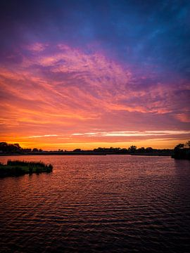 Roodkoperen zonsondergang (staand) van Paul Jansen