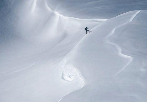 Bergbeklimmer in sneeuwlandschap van