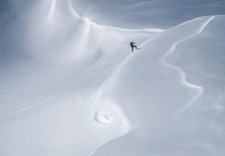 Bergbeklimmer in sneeuwlandschap van Marcel van Balken