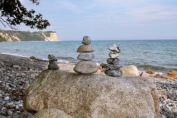 Steintürme mit Blick zum Kap Arkona, am Strand von Vitt auf Rügen von GH Foto & Artdesign