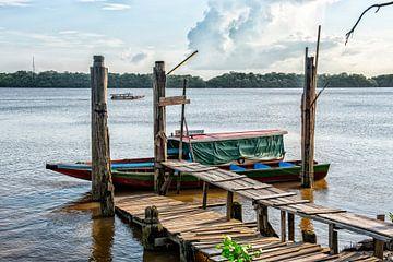 Boten bij Frederiksdorp Suriname van Michel Groen