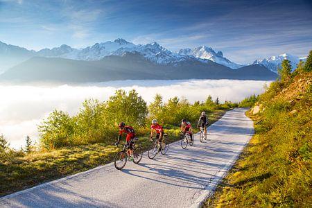 Wielrenners in de Zwitserse Alpen