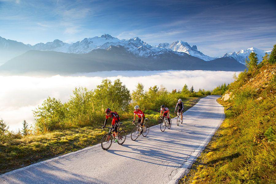 Wielrenners in de Zwitserse Alpen van Menno Boermans