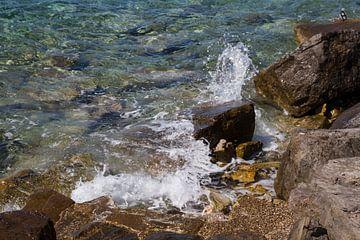 Zee, rotsen en opspattende golf von Maike Meuter