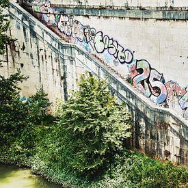 Verwitterte Mauer mit Graffiti in Rom von Anouschka Hendriks