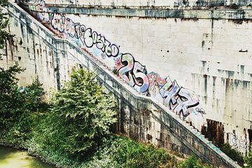 Mur érodé par les graffitis à Rome