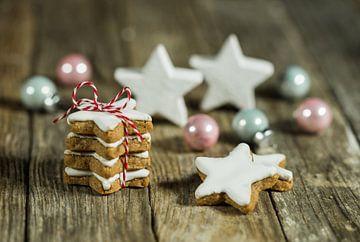 Compositon van Kerstmisdecoratie met stervormige koekjes op houten lijst van Alex Winter