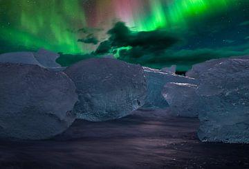 Die Nordlichter am Diamond Beach in Island. von Gert Hilbink