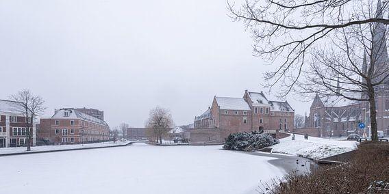 Stadtbild von Woerden im Schnee.