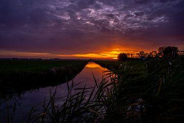 Dunkler Sonnenuntergang von Geert den Tek