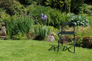 groen metalen stoel op een grasveld