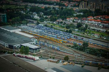 Den Haag in miniatuur, station vanuit een ballon. van Kees van der Rest