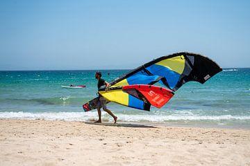 Surfer lopend langs de vloedlijn in Tarifa, Sanje. van Monique van Helden