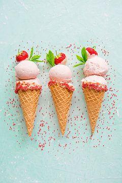 SF12355823 Trois glaces à la fraise en cornets avec litière sur BeeldigBeeld Food & Lifestyle