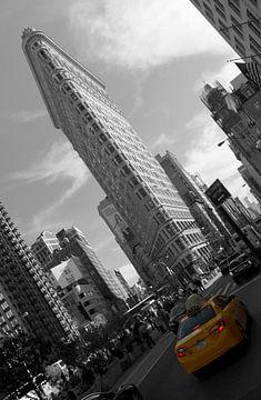 Gelbes Taxi vor dem Flatiron Building ( New York City ) von Marcel Kerdijk