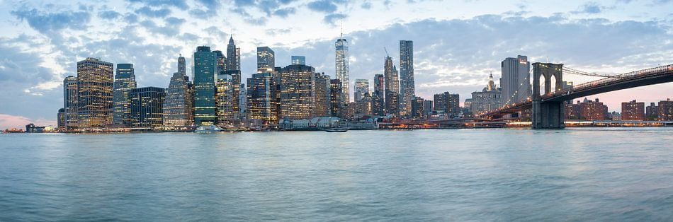 Panoramic view of Brooklyn bridge and downtown Manhattan, New York