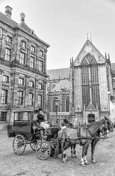 Paard en wagen op de Dam in Amsterdam. sur Don Fonzarelli