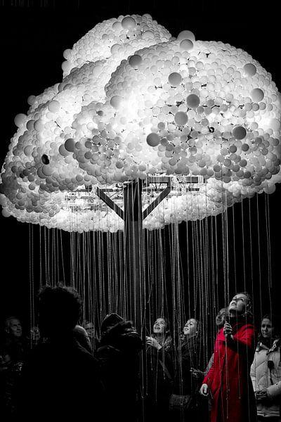 Vrouw in rood, licht wolk