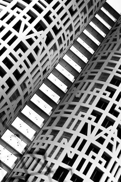 Abstract detail van gebouw in zwartwit. Lijnen en vormen van Marianne van der Zee