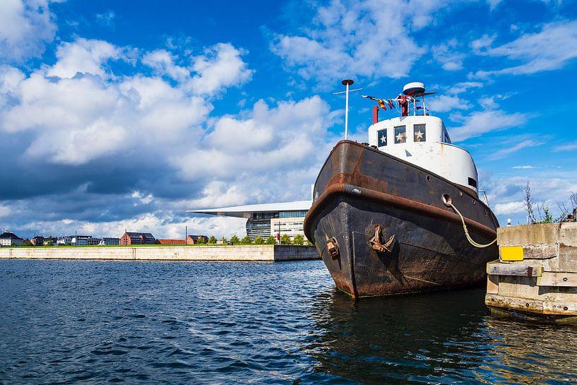 Ship in the city Copenhagen, Denmark van Rico Ködder