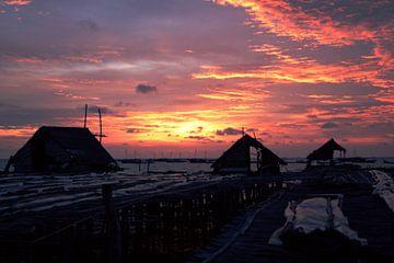 Zonsondergang in vissersdorp Indonesië van André van Bel