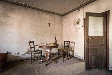 Zimmer mit Tisch und zwei Stühlen von Inge van den Brande