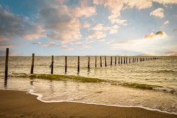 Strand Maasvlakte: Palen in zee van Marjolein van Middelkoop